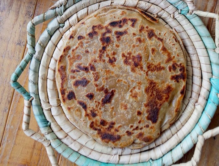 aaloo ka paratha in a platter by pakistani blogger