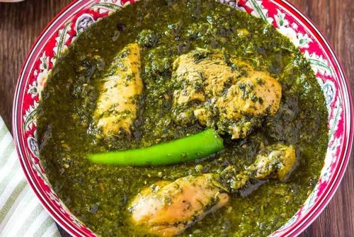 bowl of paalak chicken by pakistani food blogger