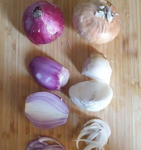 a sweet onion and red onion side by side. peeled, unpealed, and cut versions